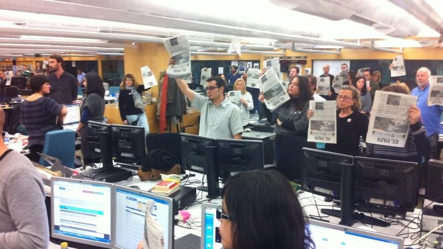 La redacción de El País muestra ejemplares del periódico durante la protesta diaria. Foto: Twitter de Moeh Atitar.
