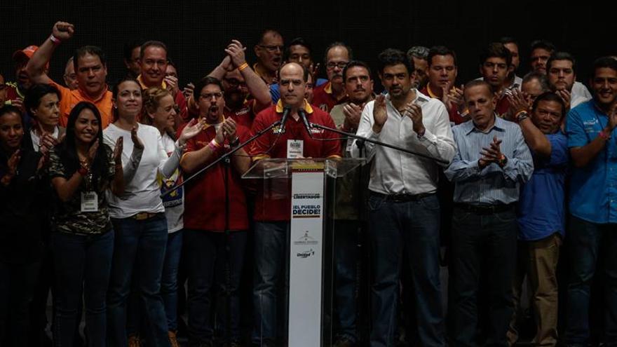 """La oposición venezolana dice que Maduro quedó """"revocado"""" con el resultado de plebiscito"""