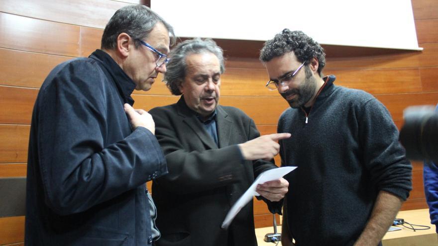 Toni Carrasco (i) y Carlos Egio (d), mientras Jarauta les explica el orden de intervenciones / PSS