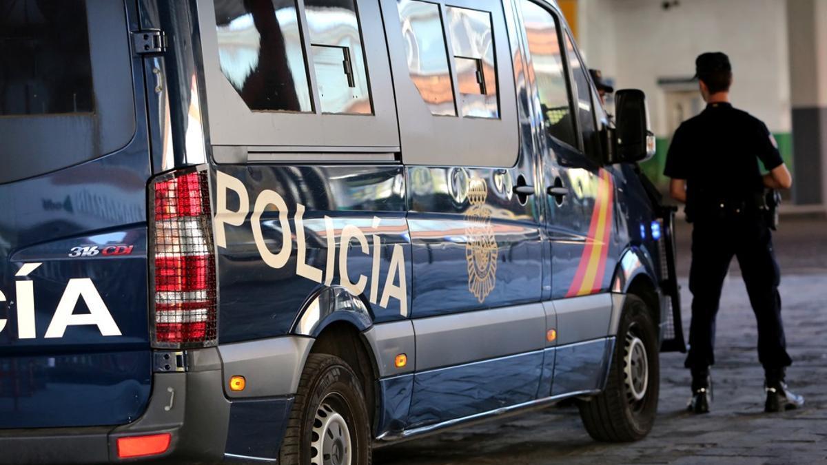 Archivo - Imagen de recurso de agentes de Policía Nacional junto a un furgón