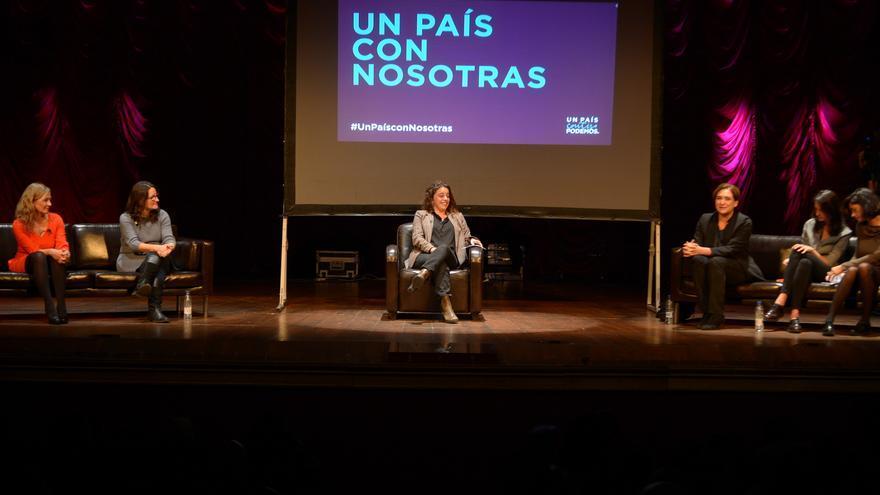 Laura Casielles (centro) durante el acto de mujeres del cambio con Ada Colau, Mónica Colau, Victoria Rosell, Rita Maestre y Clara Serra.