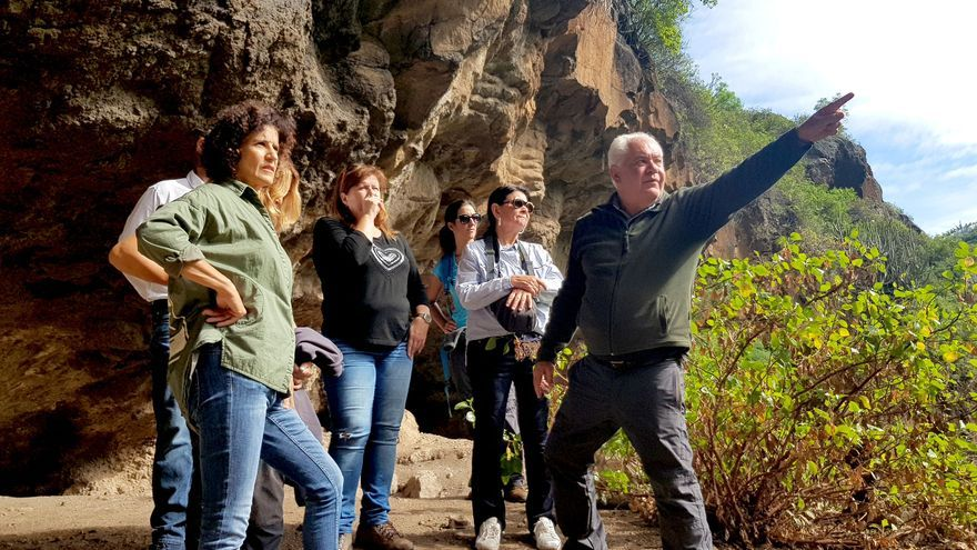 Un momento de la visita a la Cueva del Tendal. en el municipio de San Andrés y Sauces.