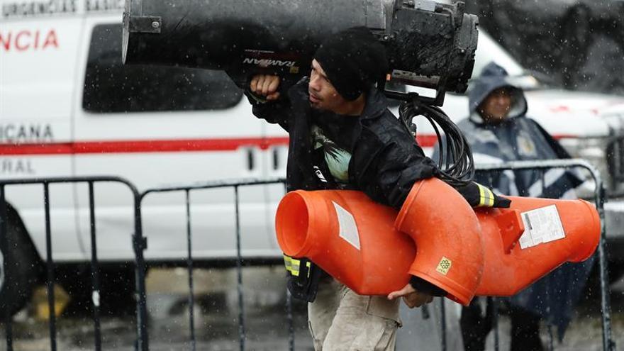Tareas de rescate tras sismo en capital mexicana continúan con dificultades