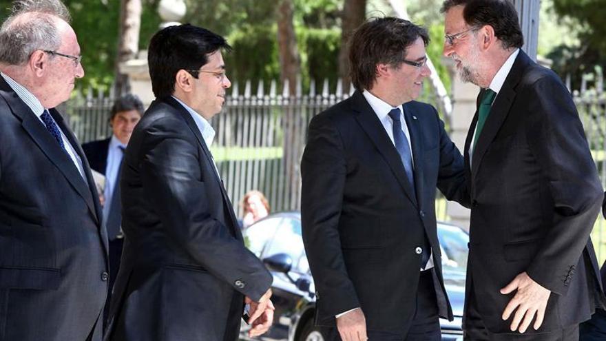 Rajoy y Puigdemont se saludan en la inauguración del Salón del Automóvil