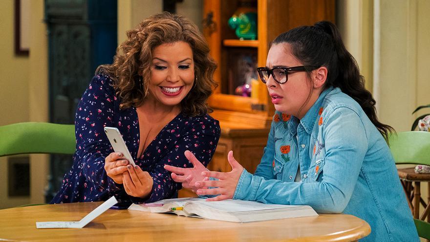 Justina Machado y Isabella Gomez en 'Día a día'
