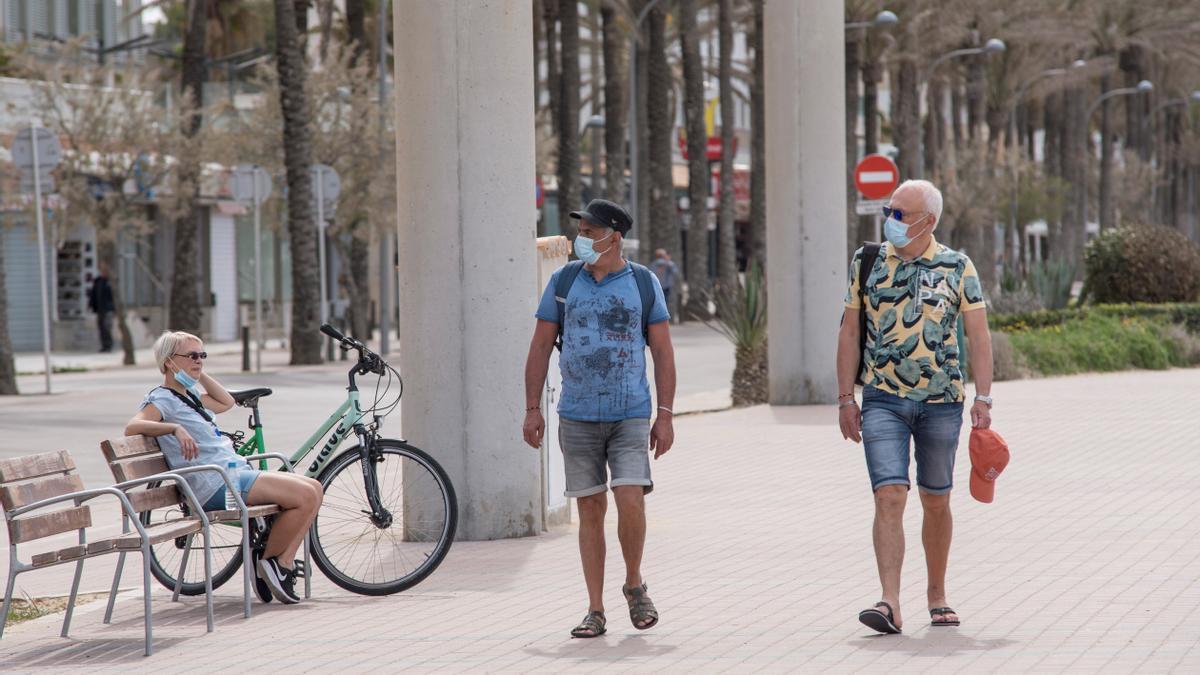 Turistas alemanes caminan por el paseo marítimo de la playa de Palma de Mallorca. EFE/Atienza/Archivo