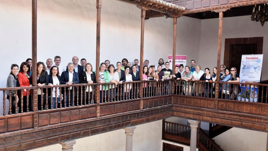 En la imagen, el grupo de agentes de viajes nacionales, con el presidente de Cabildo y la consejera insular de Turismo, este lunes, en la Casa Salazar de Santa Cruz de La Palma.
