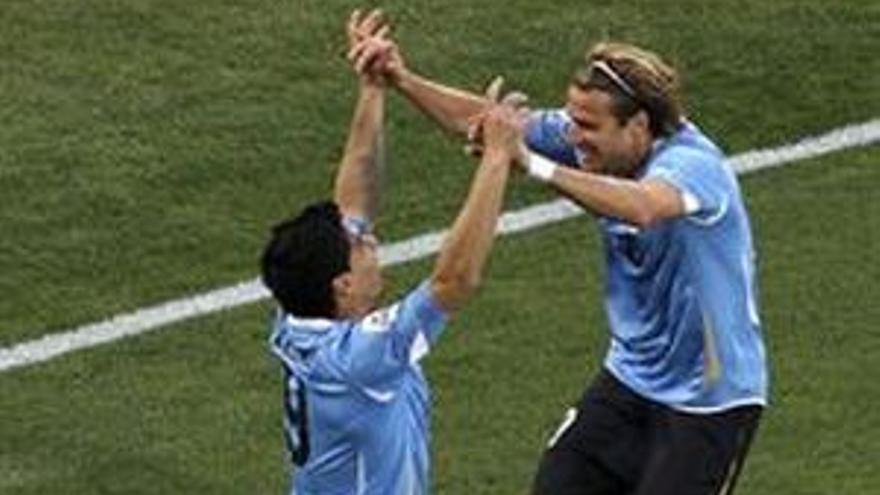 Forlán y Luis Suárez celebran el tanto uruguayo. (GETTY)