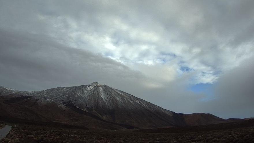 La cara sur del pico más alto de España, el Teide, en la mañana de este jueves