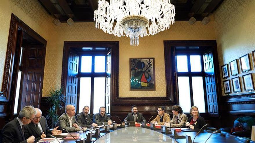 La mesa del parlament aplaza la reforma legal de jxcat for Mesa parlament