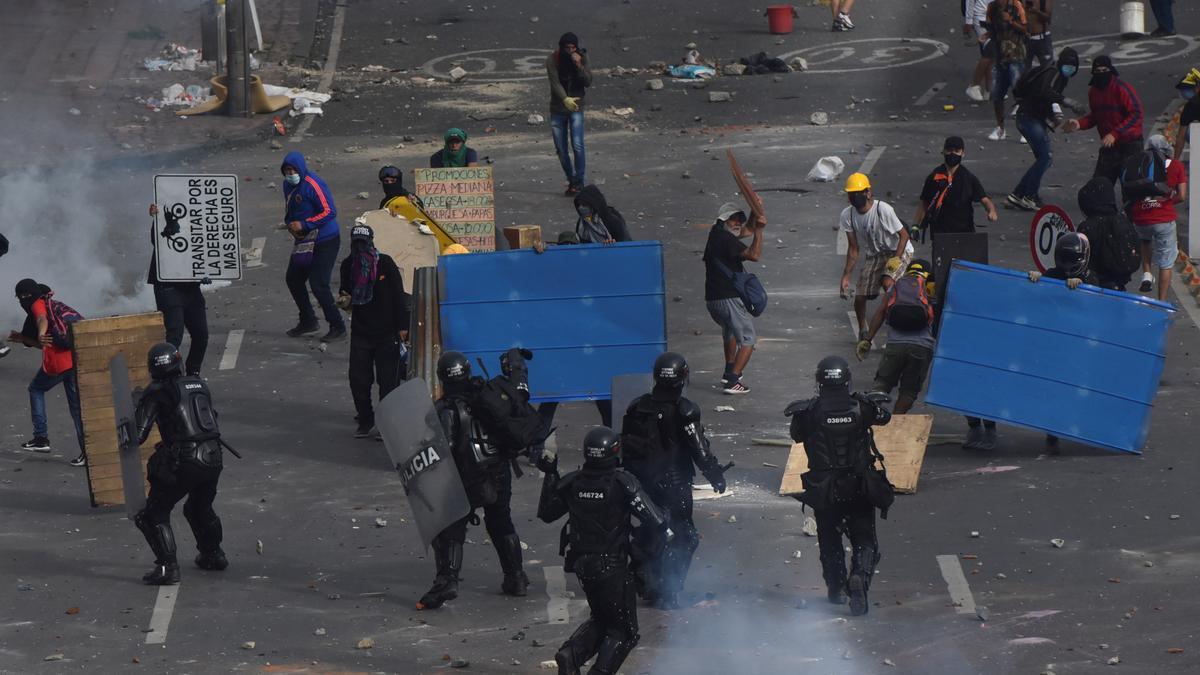 Manifestantes se enfrentan con miembros del Escuadrón Móvil Antidisturbios (ESMAD) durante las protestas del 3 de mayo en Cali.