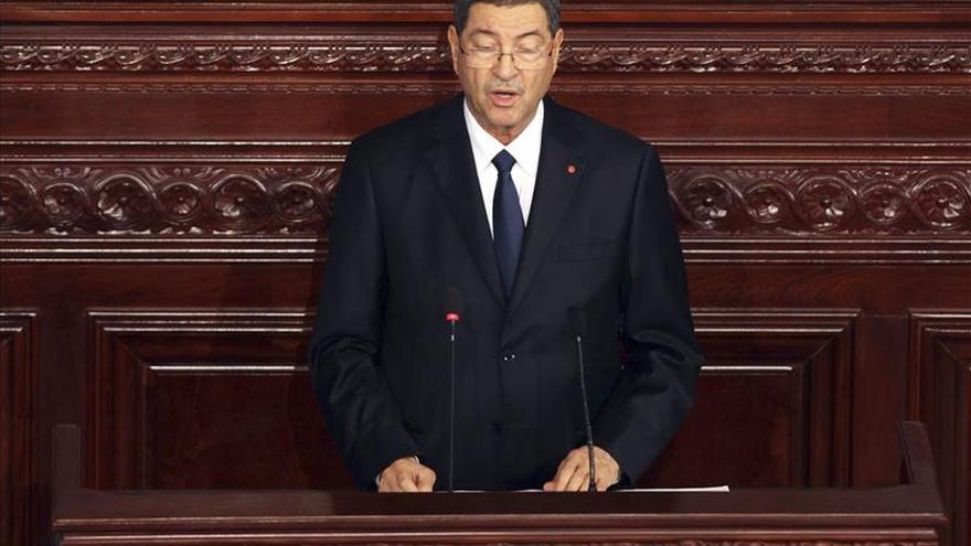 El primer ministro de Túnez, Habib Essid, pronuncia un discurso durante la sesión parlamentaria para la presentación del nuevo gobierno en Túnez. / Efe.