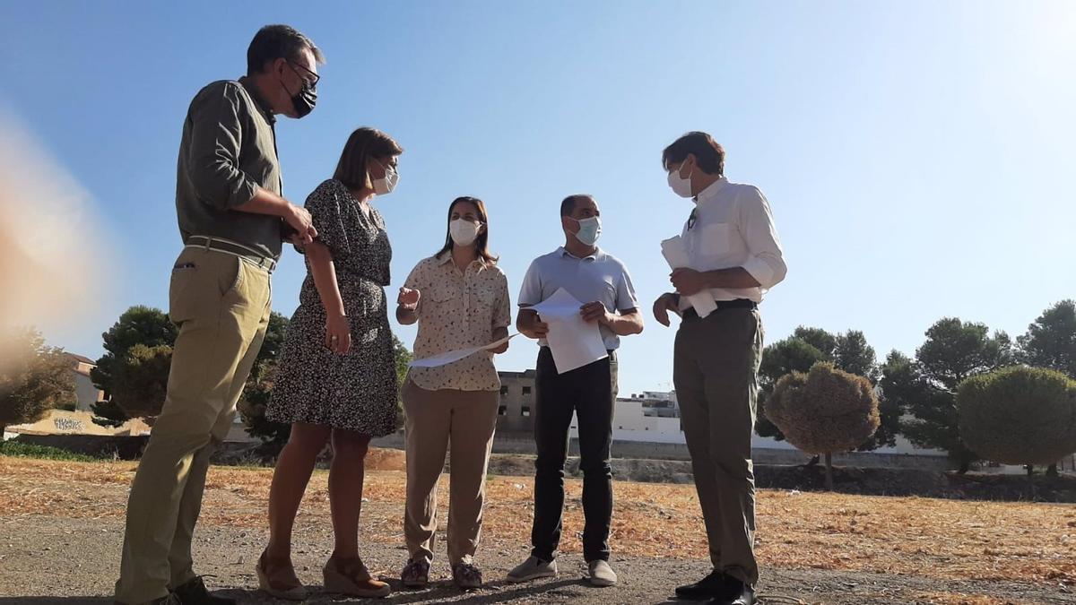 Visita de Cristina Casanueva y Cristina Piernagorda al solar para urbanizar.