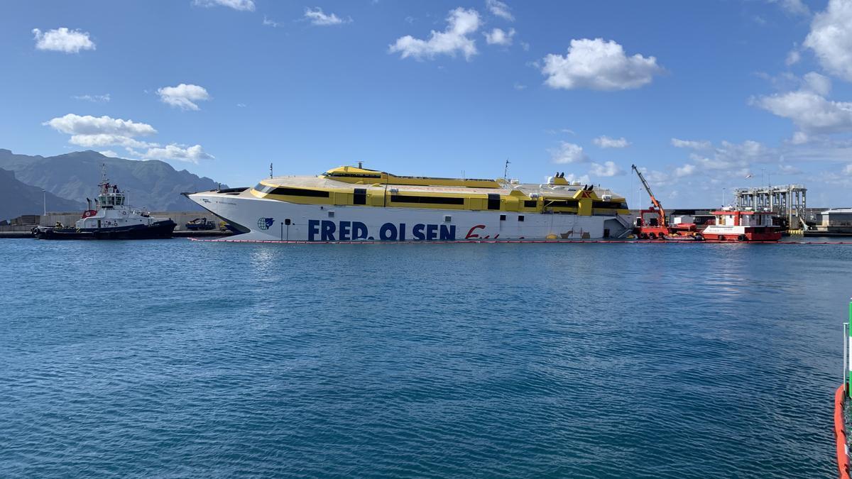 El ferry encallado en Agaete desde el 7 de enero, atracado en el Puerto de Las Nieves