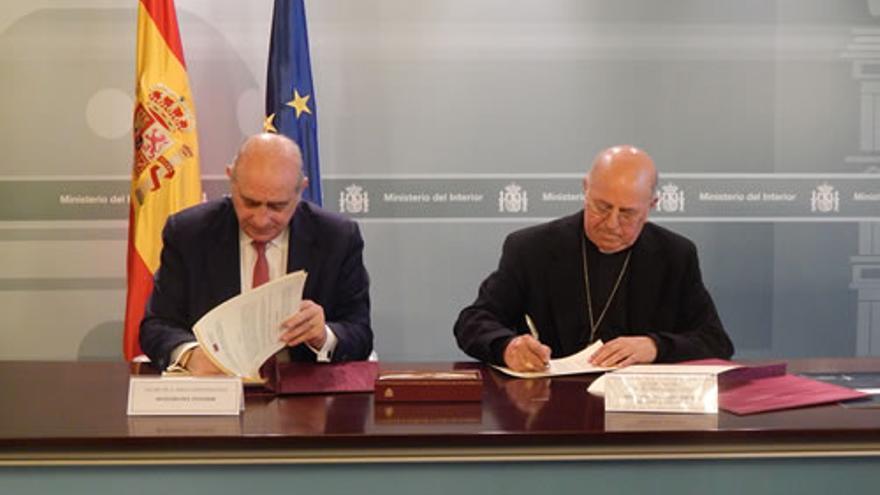 Jorge Fernández Díaz y Ricardo Blázquez firman el convenio de colaboración para la asistencia religiosa en los CIE