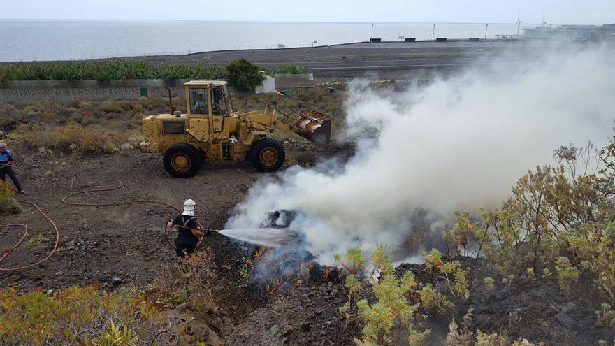 En la imagen, un bombero, en este domingo, durante las tareas de extinción. Foto: BOMBEROS LA PALMA.
