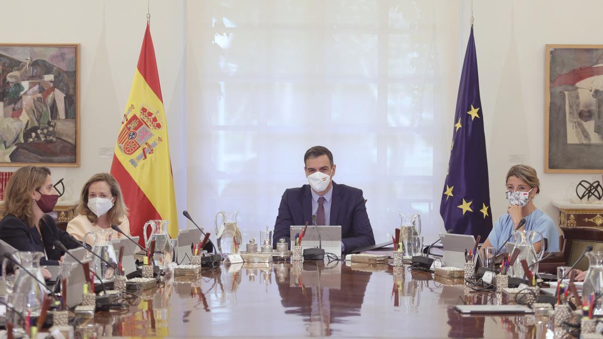 La vicepresidenta tercera, Teresa Ribera; la vicepresidenta primera, Nadia Calviño; el presidente del Gobierno, Pedro Sánchez y la vicepresidenta segunda, Yolanda Díaz, en el primer Consejo de Ministros, en Madrid (España).