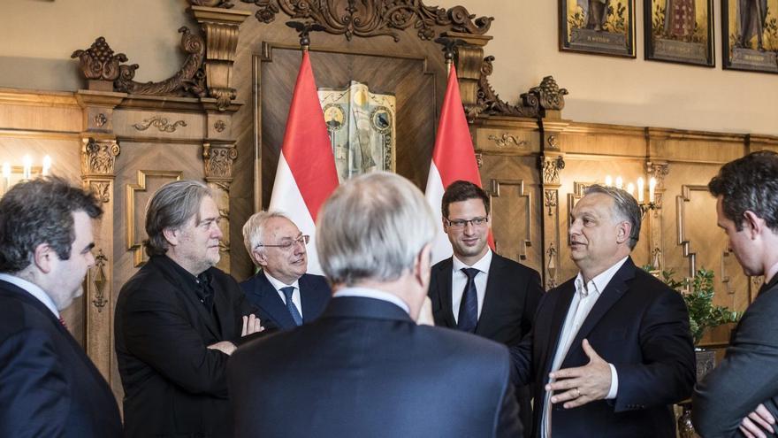 """El primer ministro húngaro, Viktor Orbán, recibe a los ponentes de las jornadas sobre """"El futuro de Europa"""", entre ellos a Steve Bannon, el 24 de mayo de 2018 en Budapest."""