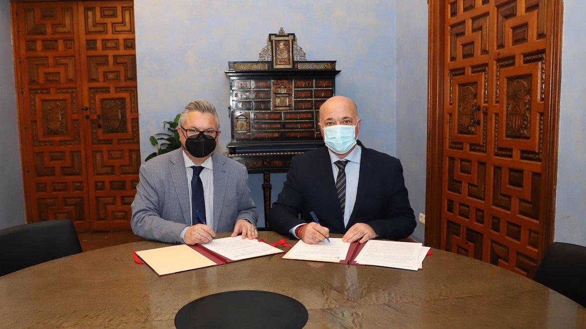 Antonio Ruiz (dcha.), firma el acuerdo con Esteban Morales.