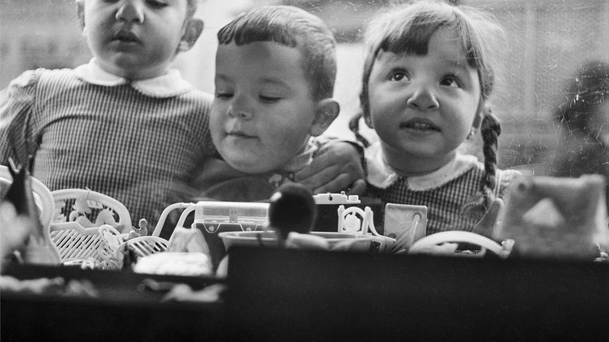 1956. Niños viendo juguetes en un escaparate. ©ICAS-SAHP. Fototeca Municipal de Sevilla, fondo Gelán.
