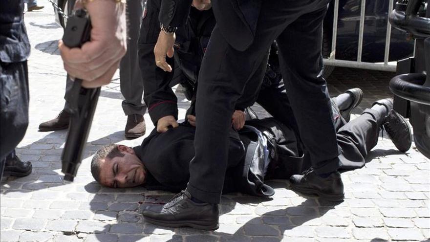 El hombre que disparó a los carabineros en Roma pensaba suicidarse en el hotel