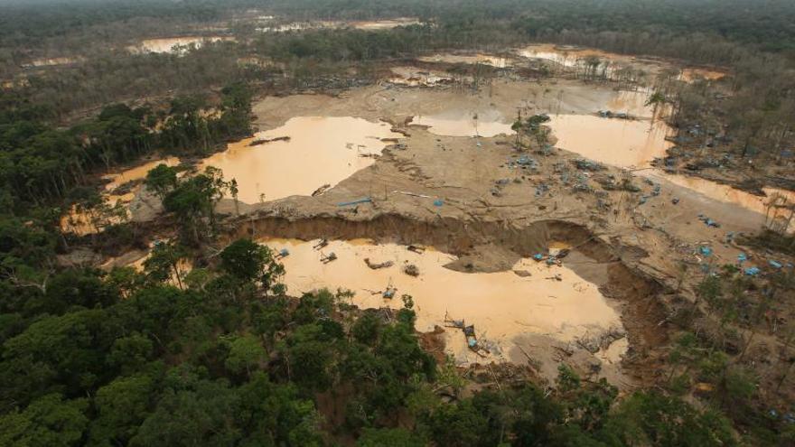 La Policía peruana destruye un equipo de minería ilegal cerca a una reserva amazónica