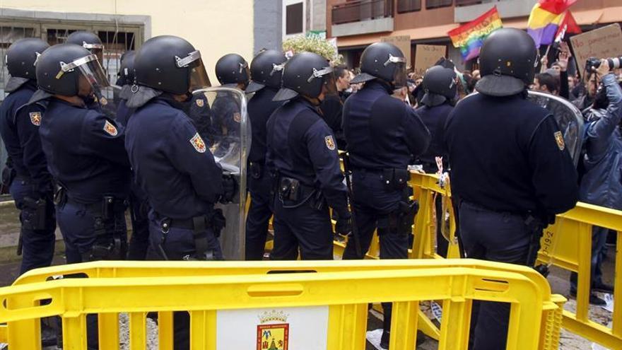 Efectivos de la Policía Nacional en los alrededores de la Catedral de La Laguna, que hoy reabría sus puertas tras doce años de obras con la presencia del ministro de C Ignacio Wert, para evitar que los manifestantes pudieran acercarse al ministro.