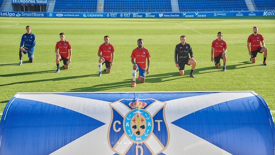 Imagen del acto simbólico contra el racismo protagonizado este miércoles por los jugadores del CD Tenerife.