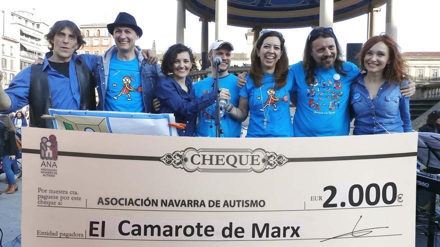 El grupo 'El camarote de Marx' entrega 2.000 euros a la Asociación Navarra de Autismo