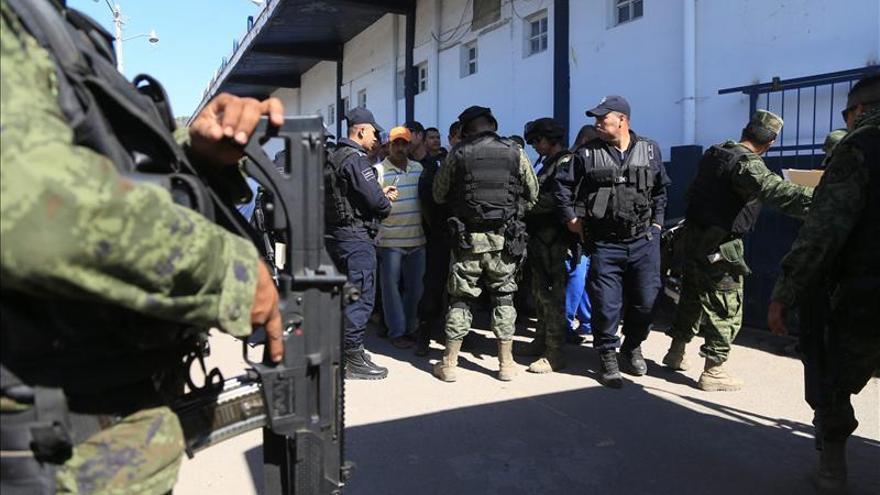 """Autodefensas de Michoacán """"esconden"""" las armas ante la visita del gobernador"""