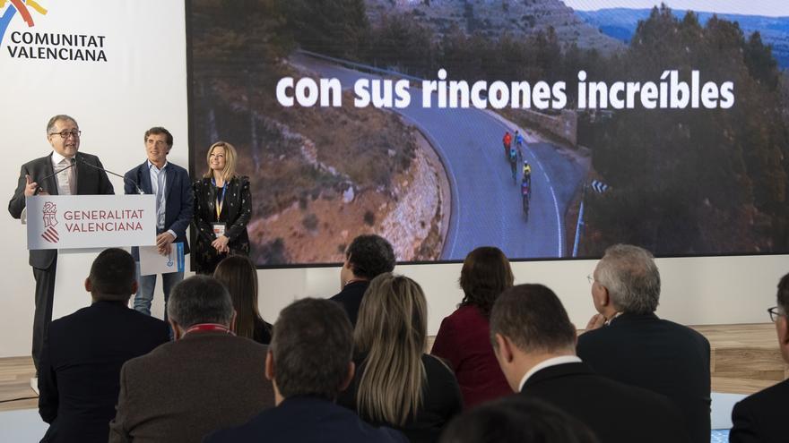 El presidente de la Diputación de Castelló, José Martí, el ciclista Pedro Delgado y la diputada provincial Virginia Martí presentan en FITUR su apuesta por convertir la provincia en un destino cicloturista de calidad.
