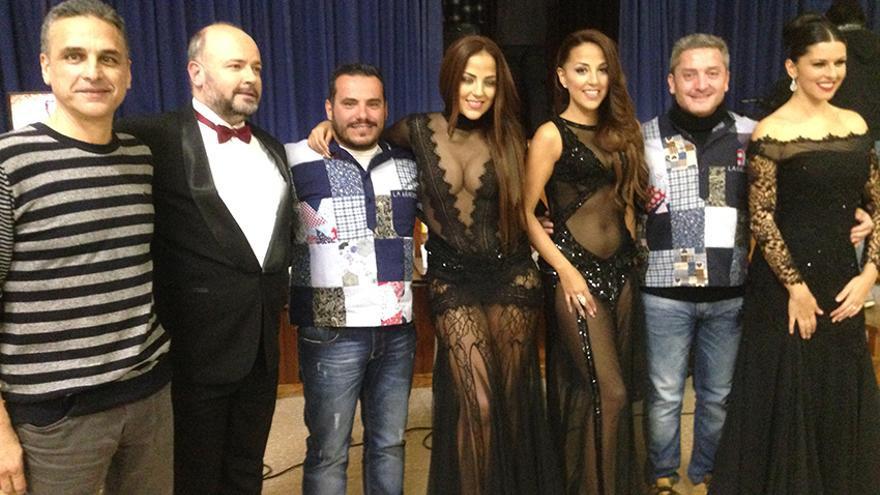 Los presentadores de las campanadas de La Graciosa, junto al director general de RTVC, Willy García, y el director de Produccion de la Televisión Canaria, Rubén Fontes, ambos con camisas gracioseras.