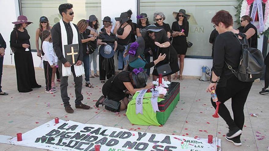 Las Kellys llevaron a cabo una singular protesta en las puertas de la sede de Asolan den Puerto del Carmen.