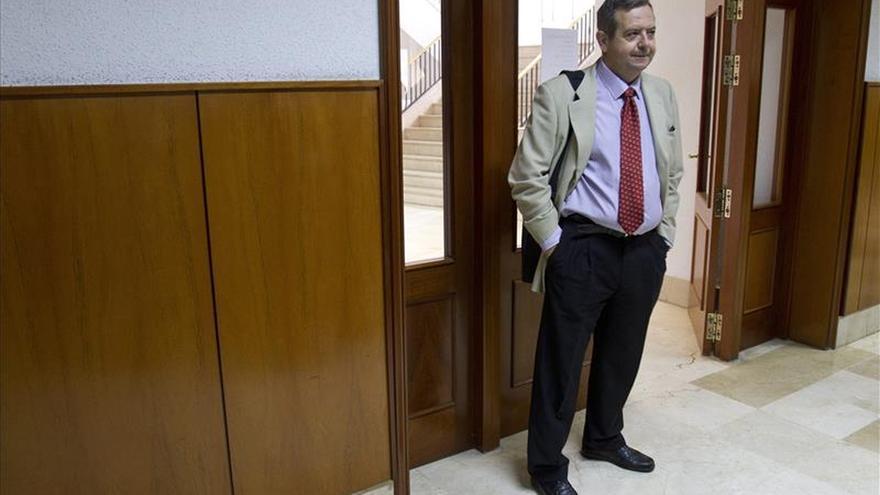 La jueza imputa tres delitos al exdelegado y al director de la Zona Franca de Cádiz