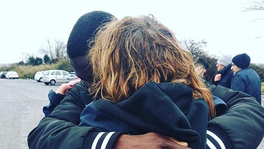 Una integrante de la Asociación Nacional de Asistencia Pública (ANPAS) abraza a uno de los migrantes expulsados del centro Castelnuovo di Porto.