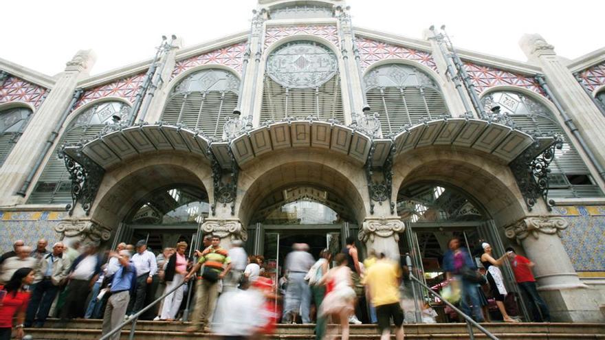 La entrada del Mercado Central de Valencia, abarrotada de turistas en agosto