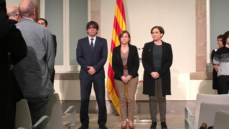 """Colau expresa todo su apoyo a Forcadell y acusa el Estado de """"judicializar"""" el debate"""