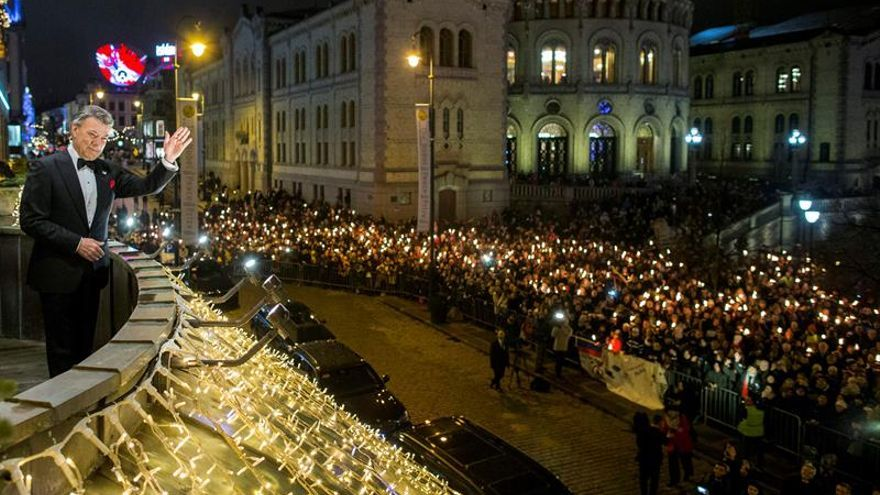 Cientos de personas aclaman a Santos tras la procesión de antorchas en Oslo