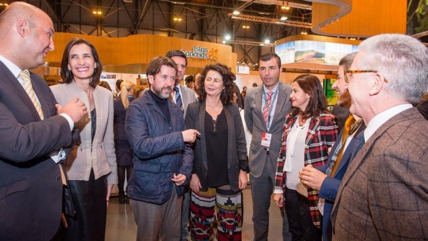Grupo de políticos en Fitur, con la consejera Lorenzo a la izquierda de Carlos Alonso