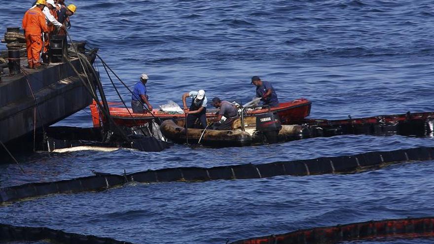 Detienen por contrabando al capitán del buque que bombeó al petrolero naufragado