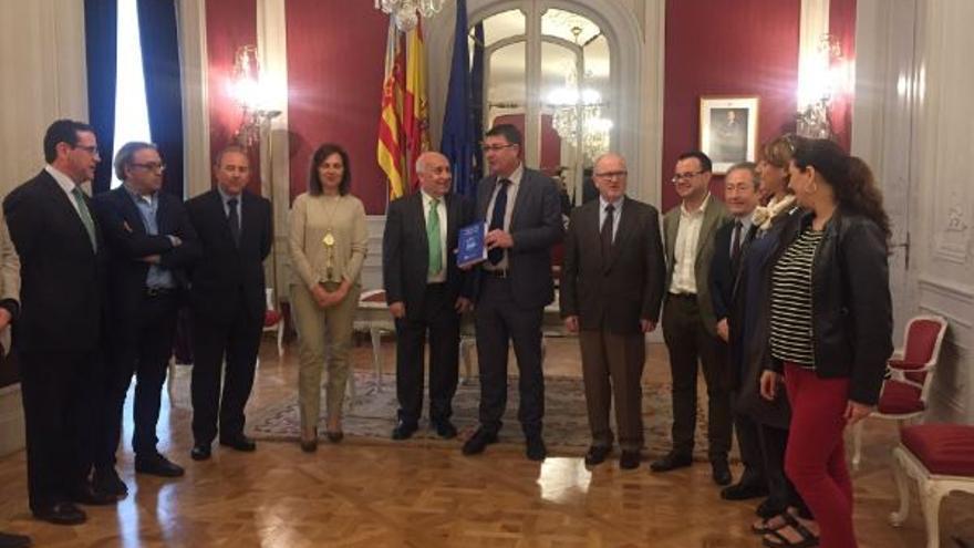 Entrega de la memoria de la Sindicatura de Gregues del año 2016 al president de les Corts