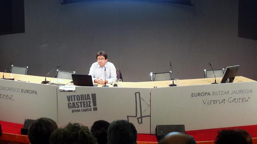 """Joseba Zalakain, durante la conferencia """"Desigualdad, precariedad y pobreza actuales""""."""