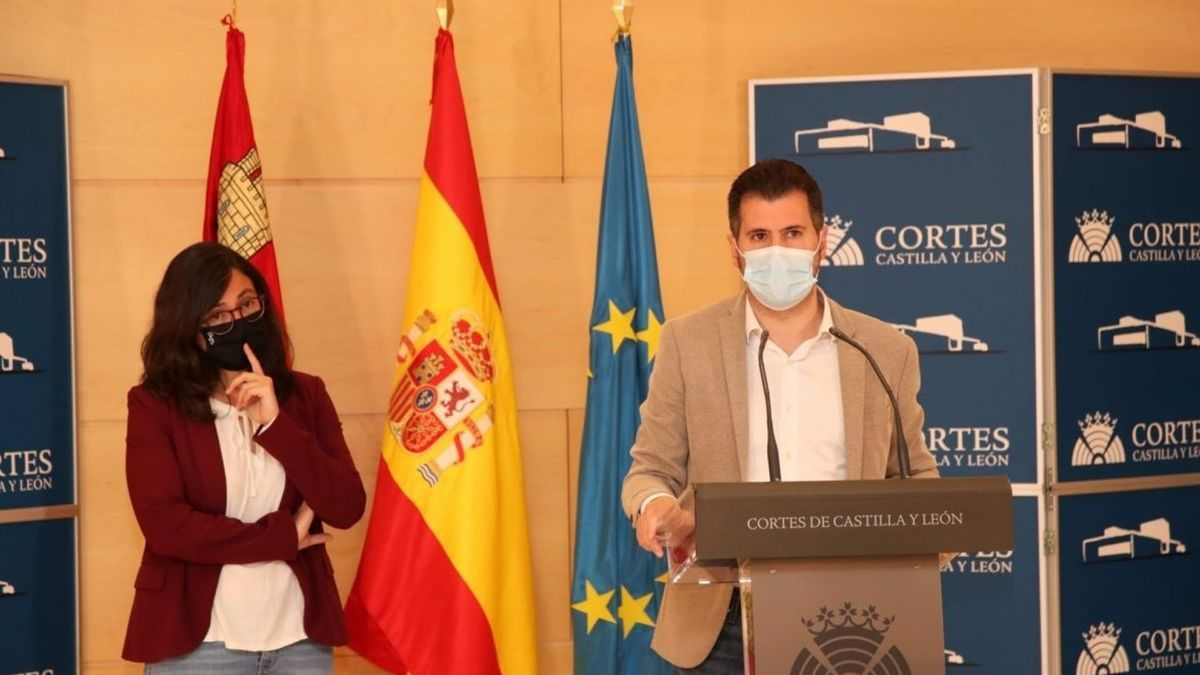 Laura Domínguez (Podemos) y Luis Tudanca (PSOE), durante la rueda de prensa.