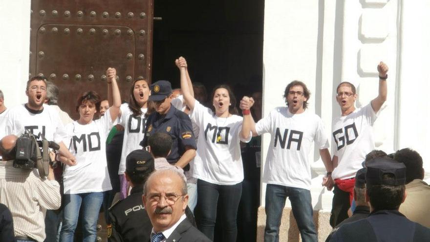 Protesta por la renta básica a las puertas de la Asamblea de Extremadura