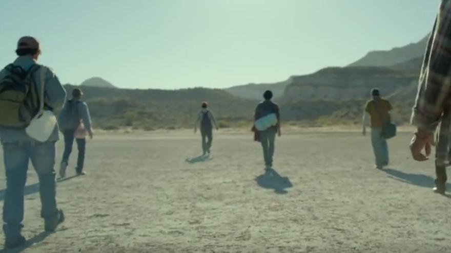 Fotograma de la película 'Desierto' en la que un grupo de mexicanos intenta llegar a EEUU