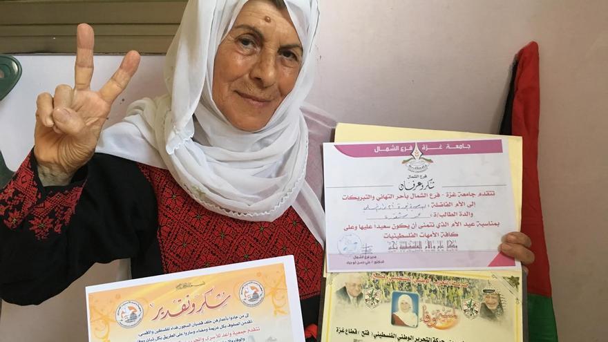 Khadiyya Assalman con varias menciones honoríficas de diferentes grupos palestinos. | Foto: Isabel Pérez