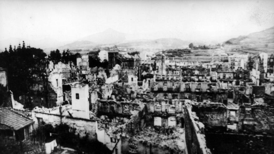 Burgos, diciembre de 1937.- Fotografia de la villa de Guernica destruida tras el bombardeo del 26 de abril de 1937 por parte de la Legión Condor. La imagen forma parte de la exposición de proyectos para la reconstrucción de la villa vasca.