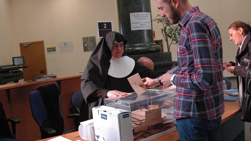 Una de las monjas del asilo presidiendo una mesa en las últimas elecciones generales.