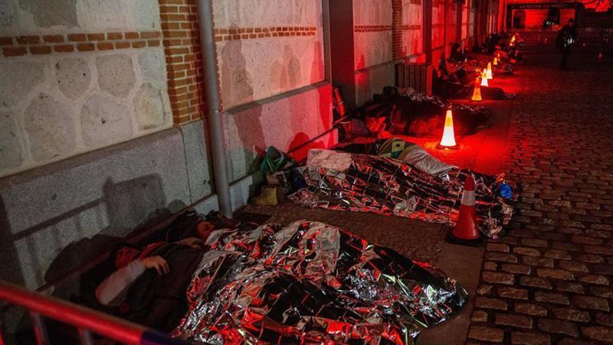 """Cientos de madrileños se han puesto este sábado en la piel de una persona sin hogar durmiendo a la intemperie en el centro cultural Matadero dentro de la primera """"Gran dormida mundial"""" que se celebra en nuestro país, con la que se pretende concienciar a los ciudadanos de las dificultades de los sin techo."""