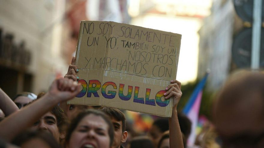 Un manifestante sostiene una pancarta durante la marcha del Orgullo de 2017